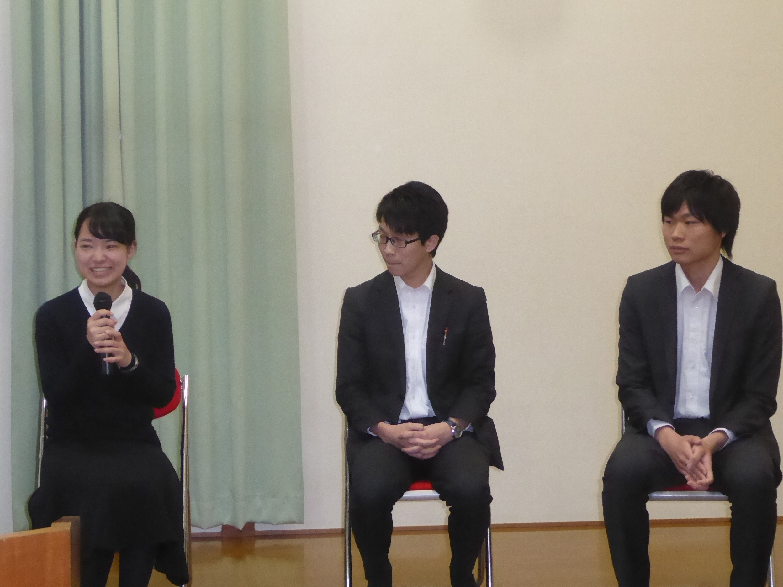 事業報告会で青年が社会の課題を語る